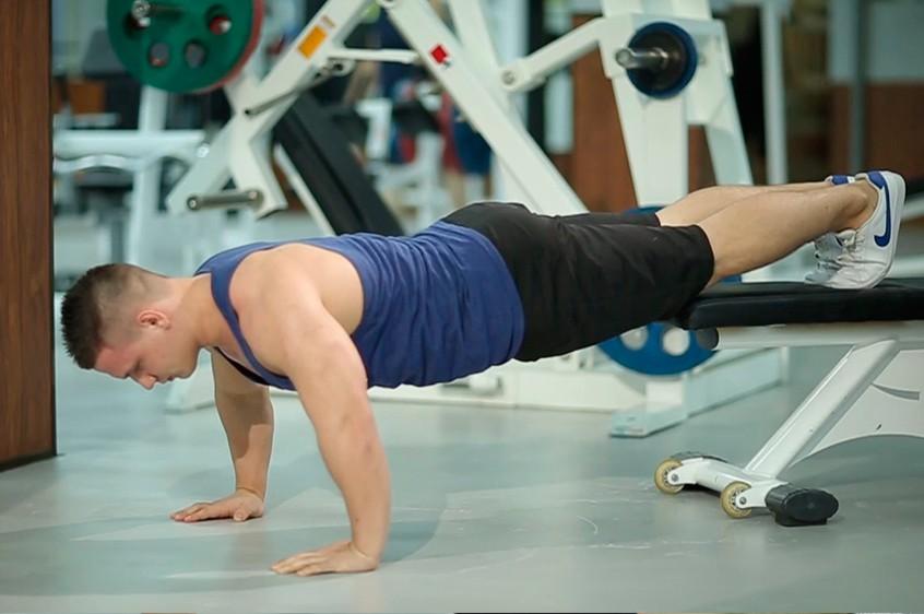 Упражнение Отжимания с поднятыми ногами