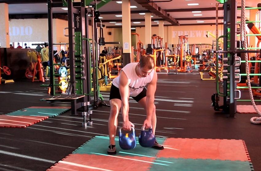 Упражнение Поочередный подъем гирь назад