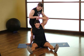 Растягивание широчайших мышц спины с напарником