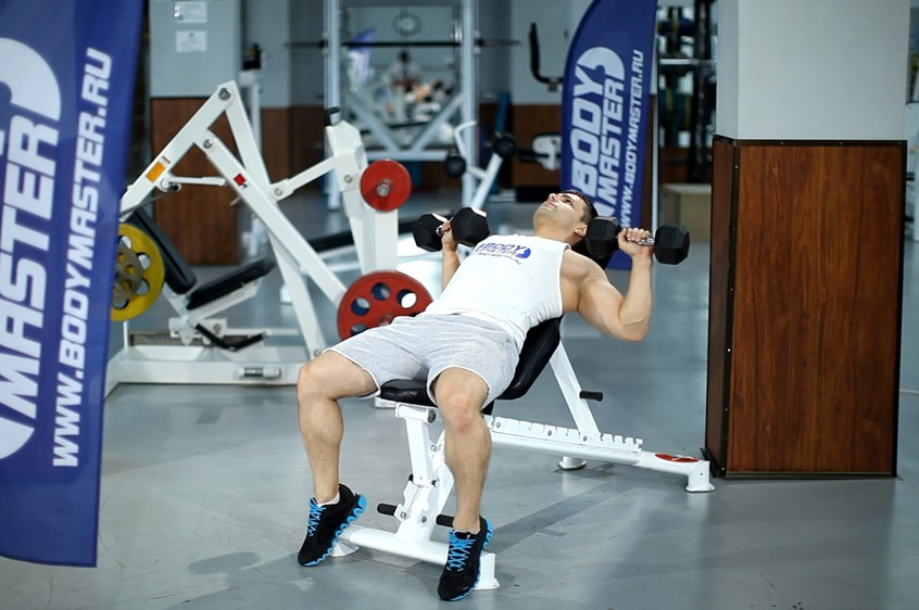 Упражнение Жим гантелей лежа на скамье с положительным наклоном