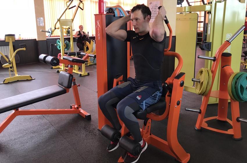Упражнение Скручивания в тренажере для пресса