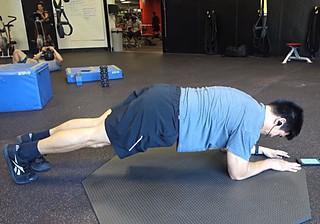 Подтягивание колен к груди в низкой планке